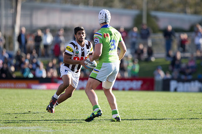 Tyrone Peachey takes the ball up against the Raiders. Photo: Andrew Farrell / 77Media